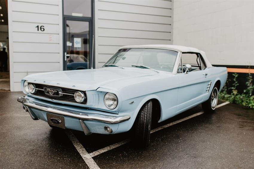 Oldtimer te huur: Ford Mustang lichtblauw